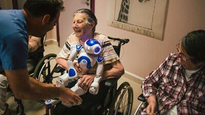 Робот се грижи за луѓето во старечки дом, тие се приврзале за него