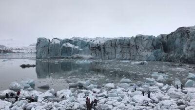 Туристи во паника бегаат од огромниот бран од глечер што се топи на Исланд (ВИДЕО)