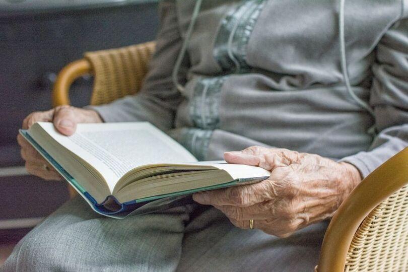 old-woman-reading-3672-pixabay-1.jpg