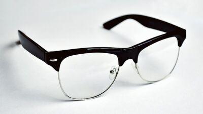 Јапонските компании им забрануваат на жените да носат очила, изгледале ладно