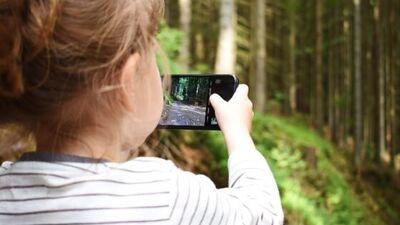 Поголемиот дел од децата спијат со мобилните, покажаа истражувањата