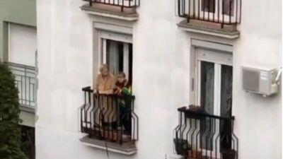 Пензионерка од Белград стана хит на социјалните мрежи: Вака го прошета своето куче среде полициски час (ВИДЕО)