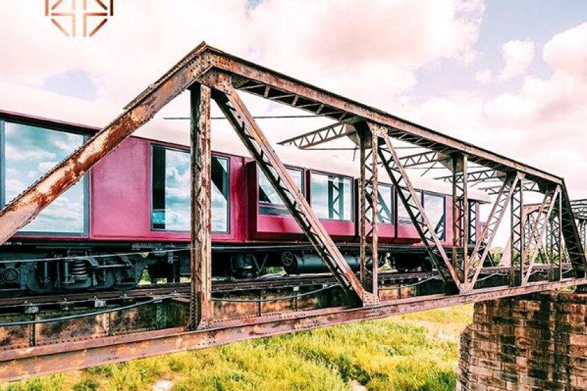 Стар воз заглавен на мост – мештаните од него направиле луксузен хотел (фото)